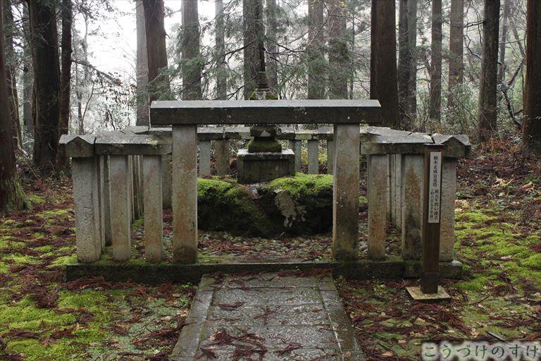 平泉寺楠木正成の墓1